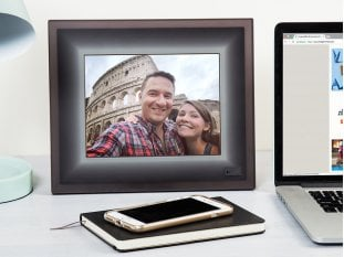 Digital picture frame and mobile phone used to connect photos