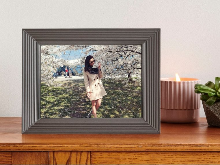 Basic Smart Connected Picture Frame by Aura - 1